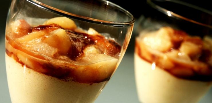 Mousse de reblochon, poires au caramel au beurre salé