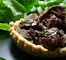 Tarte oignons, champignons et foies de volaille