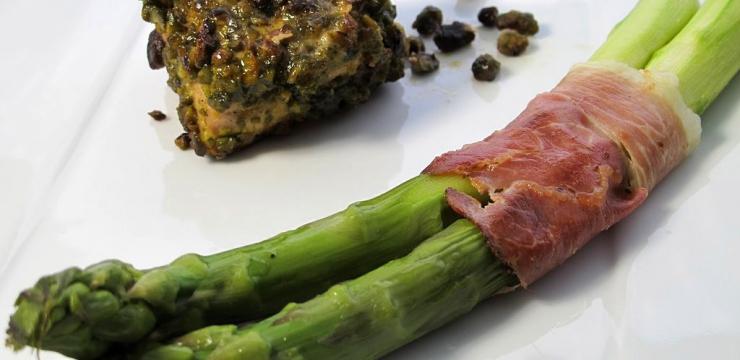 Asperges croquantes en fagots et porc en croûte de pistaches